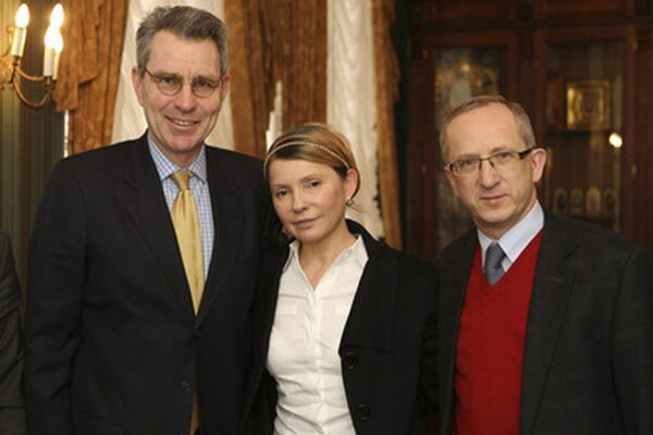 Julia Tymošenková (v strede) s americkým veľvyslancom Geoffrey Payetom (vľavo) a veľvyslancom za EÚ Janom Tombinskim.