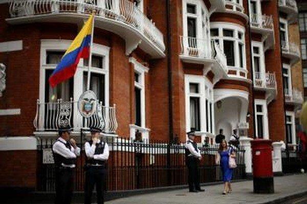 Britskí policajti strážia pred ekvádorským  veľvyslanectvom v Londýne.