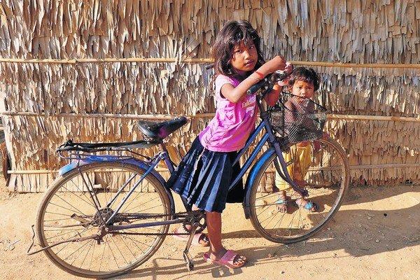 Jedno z dievčat v slume. Aká ju čaká budúcnosť?