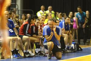 Tréner Dušan Poloz rozdáva pokyny svojím zverenkyniam.