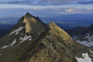 sedlo Bystrá lávka (svah z Mlynickej doliny), vľavo hore je Veľké Solisko, uprostred v popredí je Furkotský štít, vpravo dole je Furkotská dolina. V pozadí medzi štítmi je Kráľova hoľa v Nízkych Tatrách.
