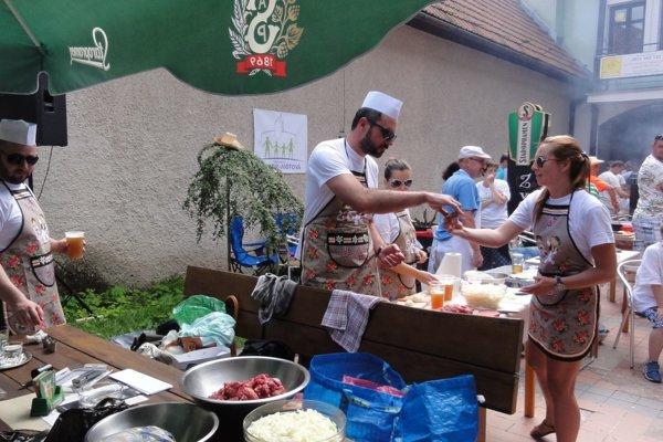 Prevažne guláš varili muži.