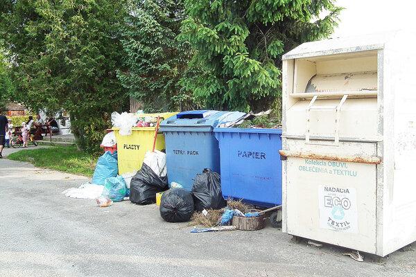 Stanovište na Hradoch - veľa odpadu končí mimo kontajnerov.