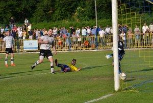 Druhý gól F. Kovács (leží na zemi).