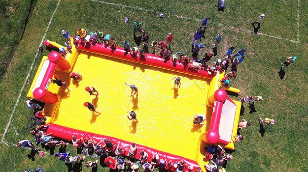 Zábavka v podobe vodného futbalu.