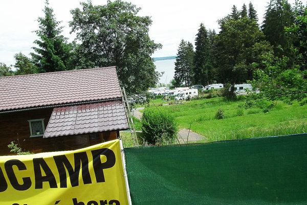 Na brehu priehrady. Mestské pozemky vautokempe Stará hora sú na predaj.