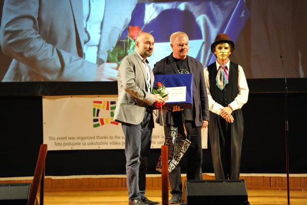 Peter Chmela (vľavo) pri preberaní ocenenia
