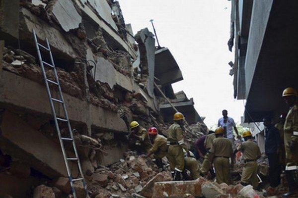 Záchranári sa snažia dostať k ľuďom pod troskami budovy v meste Canacona.