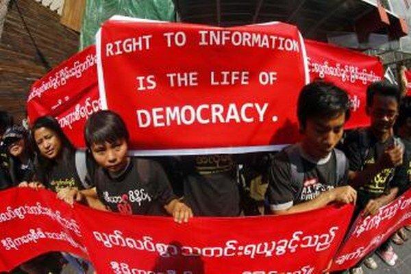 Mjanmarskí novinári protestovali za slobodu prejavu.