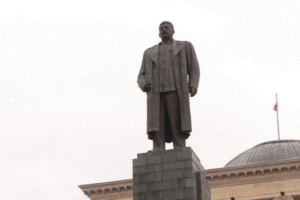 Stalinovu sochu v jeho rodnom meste Gori už odstránili, ľudia ju chcú naspäť.