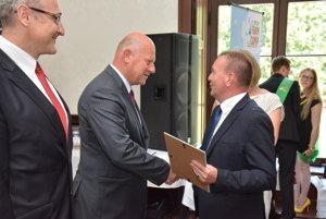 Konateľ VPP pri SPU Ján Lajda preberá ocenenie od Štefana Rybu z ministerstva pôdohospodárstva.