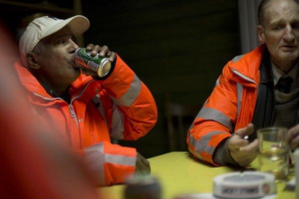 Účastníci pokusného projektu pre alkoholikov pijú pivo a fajčia cigarety vo svojom klube v Amsterdame.