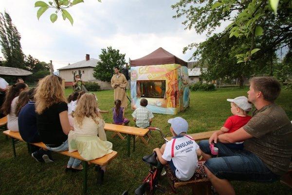 Františkáni oživili záhradu s bábkovým divadlom.