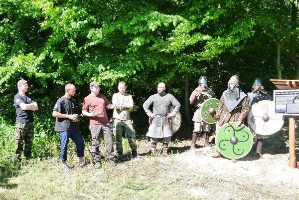 Pri slávnostnom odhalení tabule nechýbali slovanskí bojovníci zo skupiny Slavibor ačlenovia OZ Hradiská.