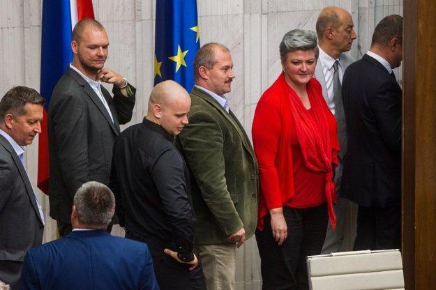 Ľudia okolo Mariana Kotlebu (v strede) vraj nepodporili žiadneho z kandidátov