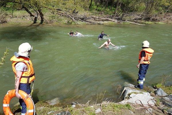 Dobrovoľní hasiči z Korne dohliadali na pretekárov.