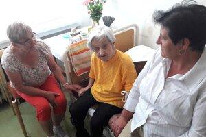 Oslávenkyňa Anna Jankovičová spolu s priateľkami a opatrovateľkami V. Lukášikovou a M. Pavlíkovou.