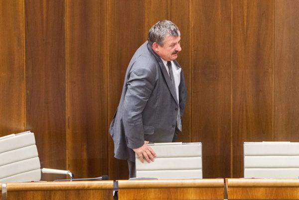 Nové kreslá, na ktorých sedia v parlamente. Na fotke s poslancom parlamentu za SNS Antonom Hrnkom.