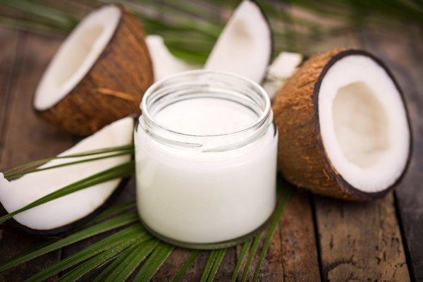 Takmer 90 percent kokosového oleja tvoria nasýtené tuky. Mnohé štúdie ukazujú, že tie zvyšujú cholesterol.