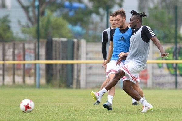 Na snímke zľava hráči A-tímu Spartaka Trnava, z juniorky FC Spartak Trnava Filip Tomovič a Privat Yao, ktorý sa vrátil z hosťovania vo Vione Zlaté Moravce.