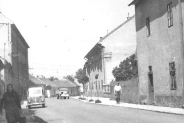 Moyzesova ulica vroku 1963. Pohľad smerom na západ (na pravej strane je Pongrácovská kúria). Foto: (MJK)