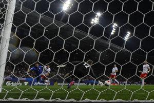 Na snímke vľavo Martin Valjent (Slovensko) strieľa vyrovnávajúci gól na 1:1, uprostred Bartosz Kapustka a vpravo brankár Jakub Wrabel (obaja Poľsko) počas zápasu na ME futbalistov do 21 rokov.