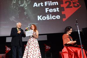 Klapka a ... akcia! Dôležitej úlohy – oficiálne otvoriť medzinárodný filmový festival Art Film Fest – sa chopili jeho prezident Milan Lasica a moderátorka večera Vera Wisterová. Atmosféru klavírom spríjemňovala Ľubica Čekovská.