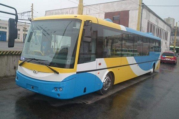 Elektrobus. DPMK ich má dovedna štrnásť. Podľa rámcovej zmluvy môže nakúpiť ešte 21.