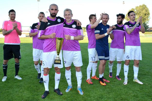 Hráči ďakovali aj fanúšikom. S trofejou v popredí ofenzívne duo Vahagn Militosyan (vľavo) a Dmitro Bilyk