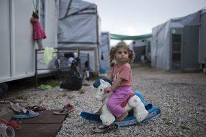 Sýrske dievčatko sa hrá na hojdacom koni.