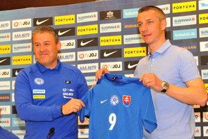 Marek Mintál (vpravo) s trénerom slovenskej reprezentácie do 21 rokov Pavlom Hapalom.