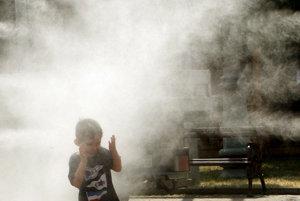Rozprašovače vodnej hmly pomáhajú zmierňovať horúčavy uprostred mesta.