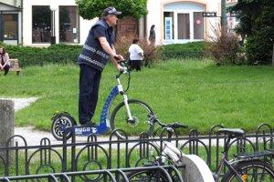 Elektrické kolobežky. Policajti si ich pochvaľujú.