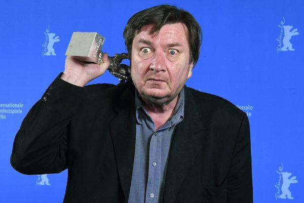 Legenda. Fínsky režisér Aki Kaurismäki.  Za film Druhá strana nádeje získal aj cenu za réžiu na Berlinale.