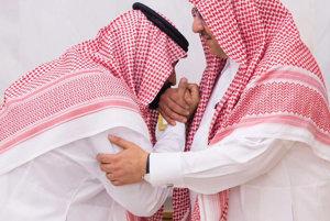 Hladké odovzdanie moci - nový korunný princ bozkáva ruku svojmu predchodcovi.