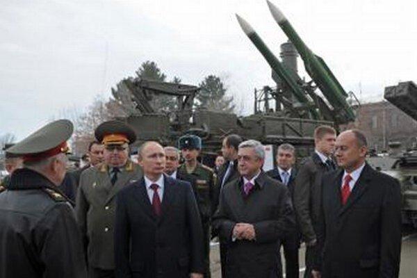 Ruský prezident Vladimir Putin (vľavo) a arménsky prezident Serž Sarkisjan (v strede) počas návštevy ruskej vojenskej základne v Gyumri.