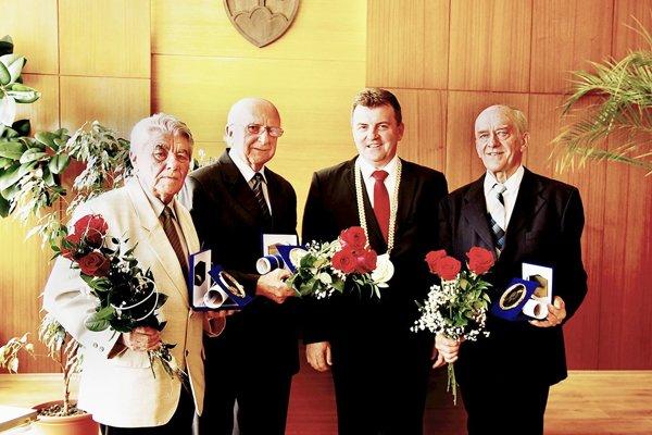 Zľava Jozef Vrábel a Mgr. Ľubor Cvengroš, celkom vpravo Ing. Ján Janiga. So starostom obce Michalom Ušiakom.
