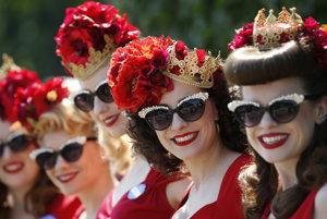 Návštevníčky pózujú počas prvého dňa kráľovských konských dostihov v Ascote.