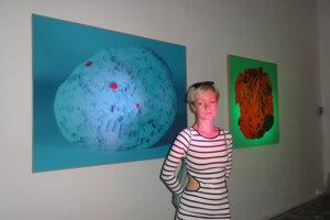 Katarína Hudačinová z farebne nasvietenými snímkami korálu z Filipín a minerálu z Islandu.
