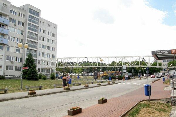Konštrukcia spája chirurgický (vľavo) a liečebný pavilón.