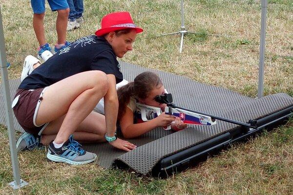 Olympionička Jana Gereková dohliadala na úspešnú streľbu detí.