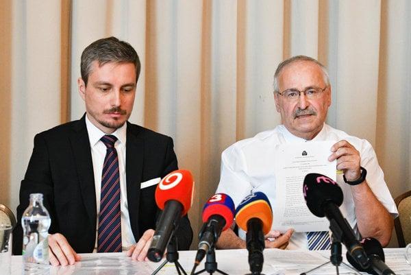 Predseda predstavenstva poisťovne Peter Talán (vpravo) a právny zástupca Rapid life (vľavo).
