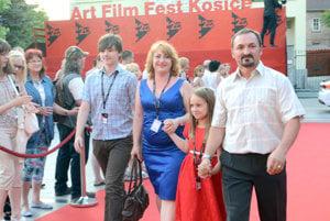Rodina. Jej členovia účinkovali vo filme Adama Hanuljaka Desať rokov lásky.