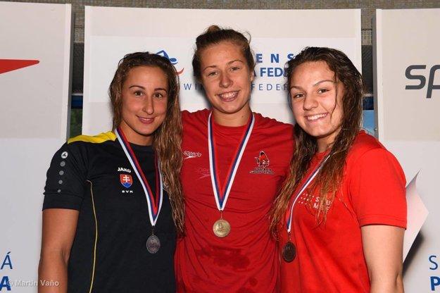 Andrea Podmaníková (v strede) si vyplávala tri zlaté kovy.