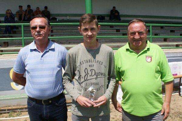 Najlepším hráčom sa stal Húdok (v strede), vľavo Jozef Golešényi a vpravo starosta obca Jacovce Jaroslav Božik.