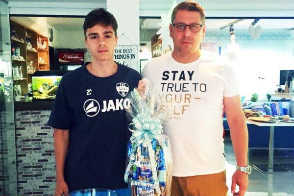 Igor Demo blahoželá Andrejovi Fábrymu, ktorý sa stal hráčom sezóny podľa hlasovania fanúšikov.