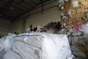 Kopa odpadu čaká na spracovanie.