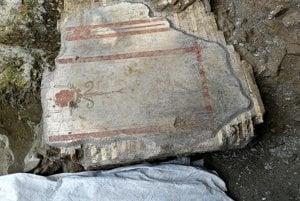 Úlomky múru pomaľované freskami.