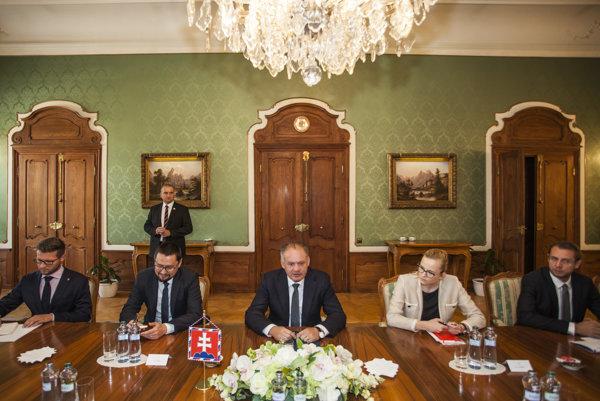 Prezident Andrej Kiska diskutoval za okrúhlym stolom s mimovládnymi organizáciami o rómskej problematike.