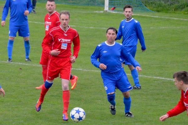 Jozef Naňák (vľavo) strelil v najvyššej oblastnej súťaži 41 gólov.